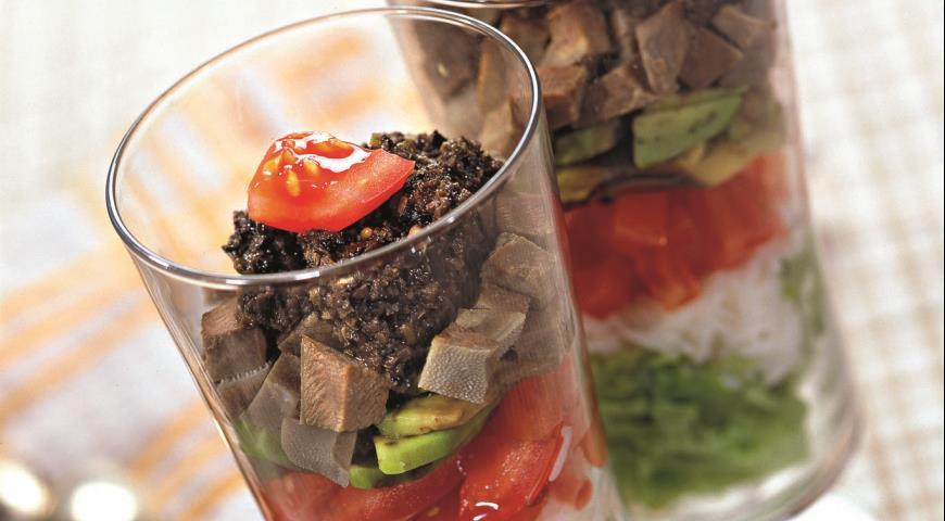 Salada com a língua e тапенадом