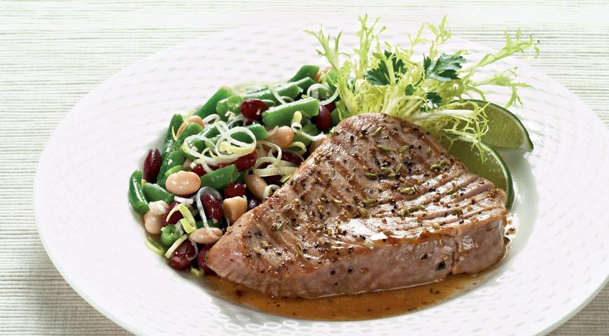Tonhal, friss fűszernövények, valamint bab saláta
