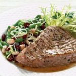 Tuńczyk ze świeżymi ziołami i sałatką z fasoli