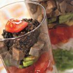 La ensalada con la lengua y тапенадом