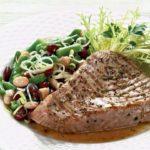 Tunų su šviežių žolelių ir салатом iš pupelių